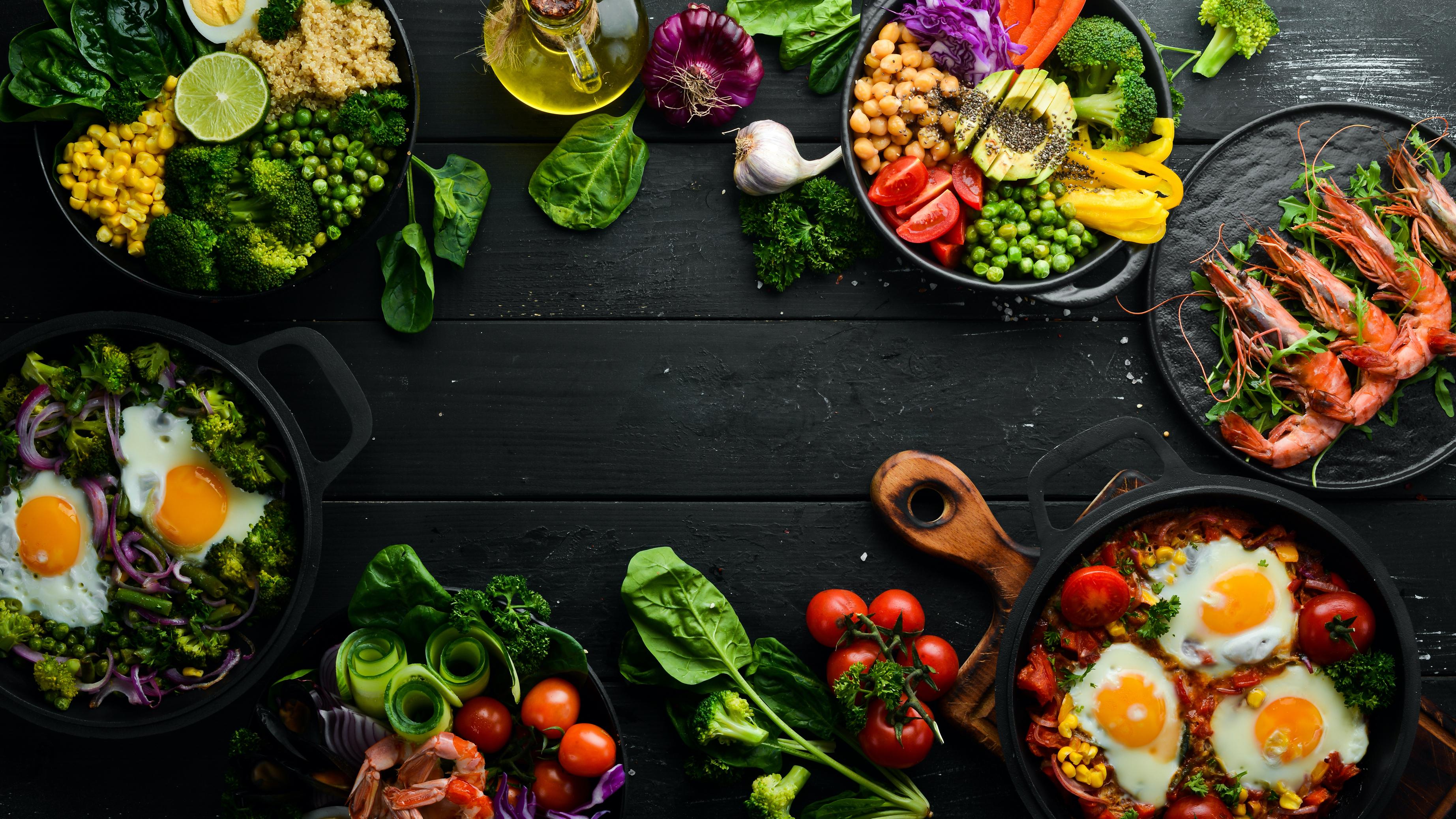 stół z potrawami i warzywami
