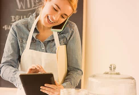 ženska s telefonom in tablico