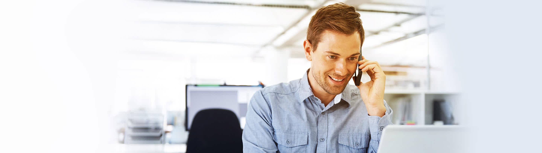 Moški pred računalnikom se dogovoarja za poslovni kredit