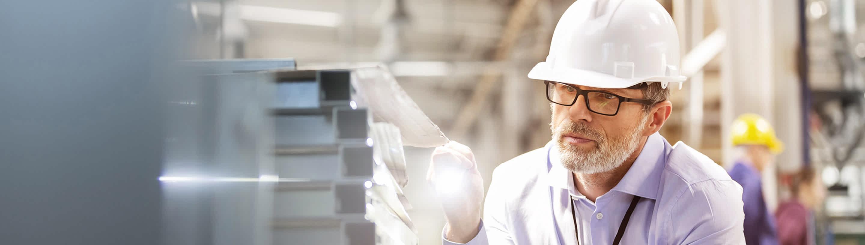 Delavec v proizvodnji spremlja delovni proces