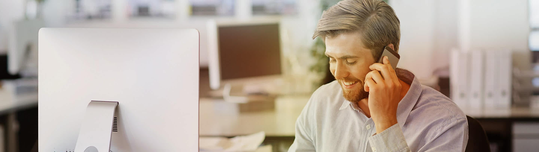 Podjetnik v pisarni za računalnikom