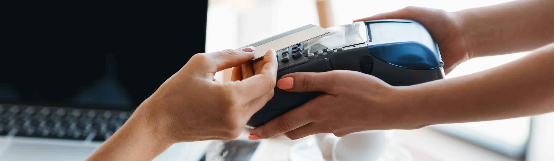 placevanje z bancno kartico na prodajnem mestu na POS terminalu