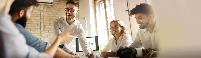 štirje sodelavci med pogovorom v pisarni