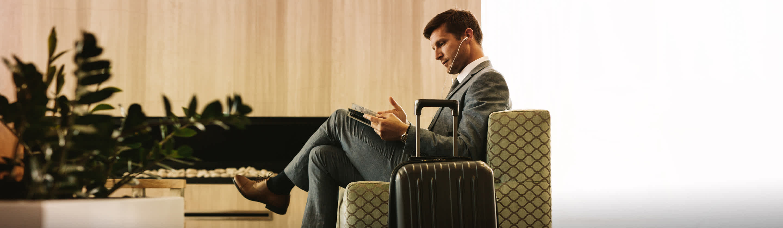 poslovna spletna in mobilna banka, moški s kovčkom