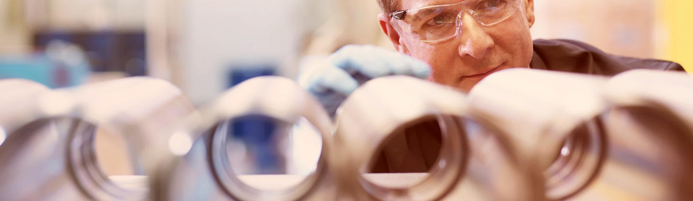 Nadzorni delavec spremlja kakovost proizvodne linije