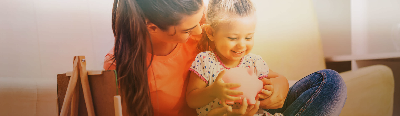 mama in otrok s hranilnikom varcujeta