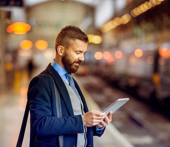 SMS varnostno obvescanje, moski pregleduje obvestila