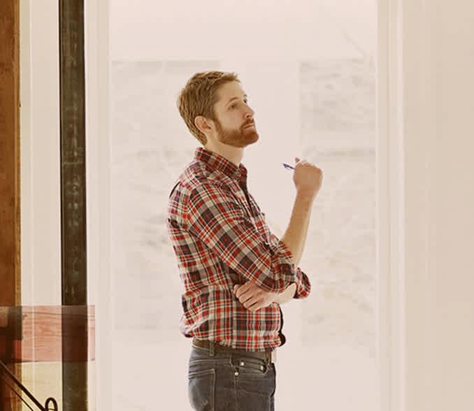 Moški pred projektno tablo načrtuje