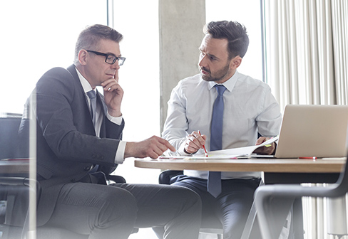 dva moška na sestanku