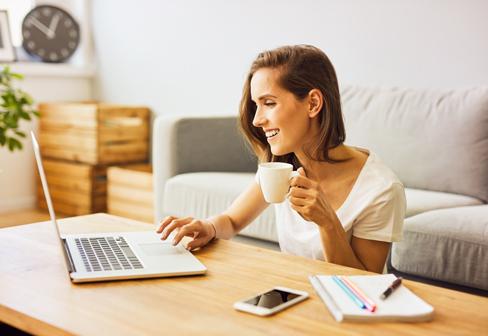 ženska pri klubski mizici z računalnikom