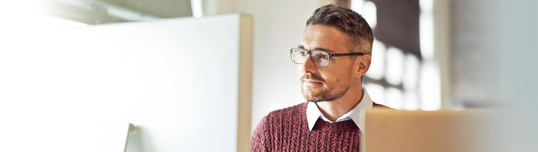 Podjetnik v pisarni dela za računalnikom