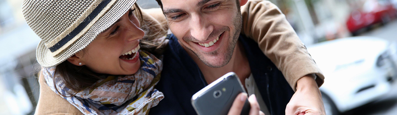 nasmejan par z mobilnim telefonom