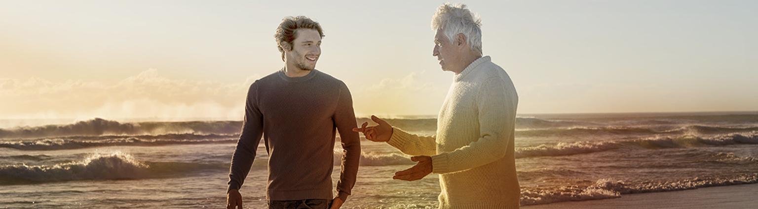 Oče in sin se sprehajata ob morju
