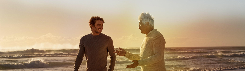 vnuk in dedek med sprehodom po plazi
