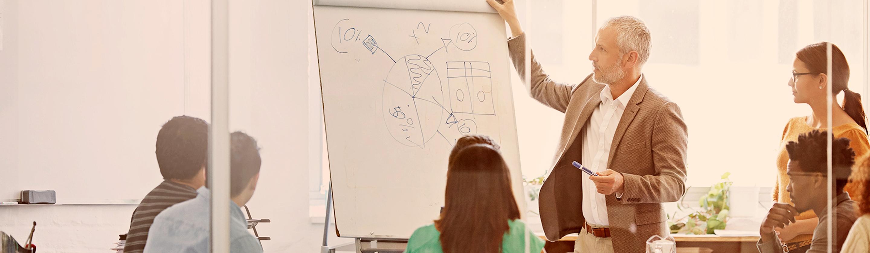 Poslovnež predstavlja poslovne rezultate ekipi sodelavcev