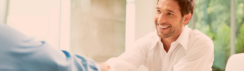 Zadovoljen podjetnik se rokuje za uspešno rešitev svojega finančnega izziva