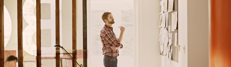 Podjetnik si ogleduje seznam odprtih aktivnosti na tabli