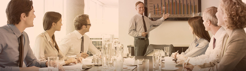 več ljudi na sestanku v podjetju