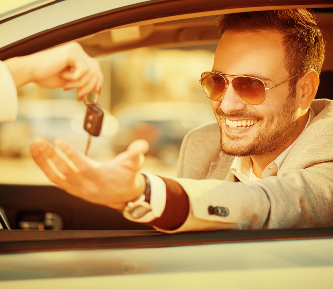 Moški v vozilu sprejema ključe