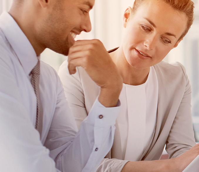 sodelavca pregledujeta ponudbo depozitnega racuna za vplacilo ustanovnega kapitala
