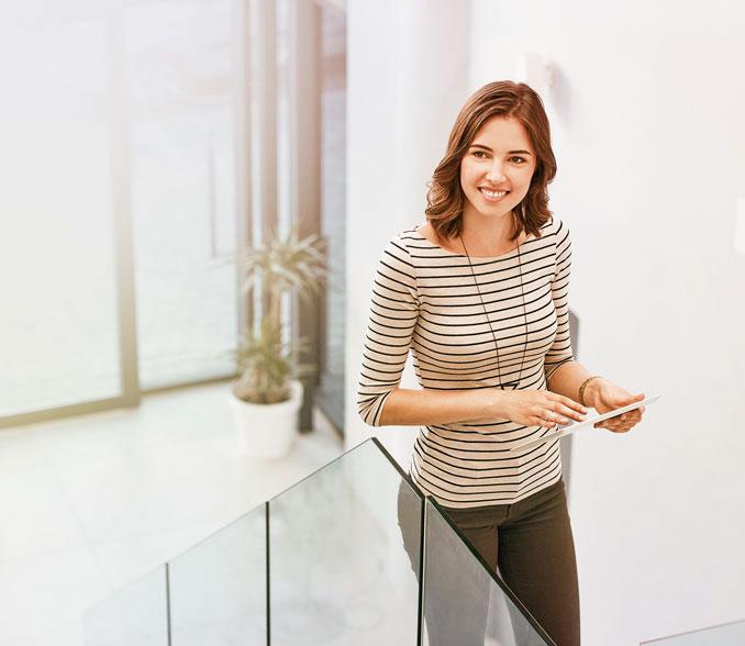 zadovoljna ženska se vzpenja po stopnicah