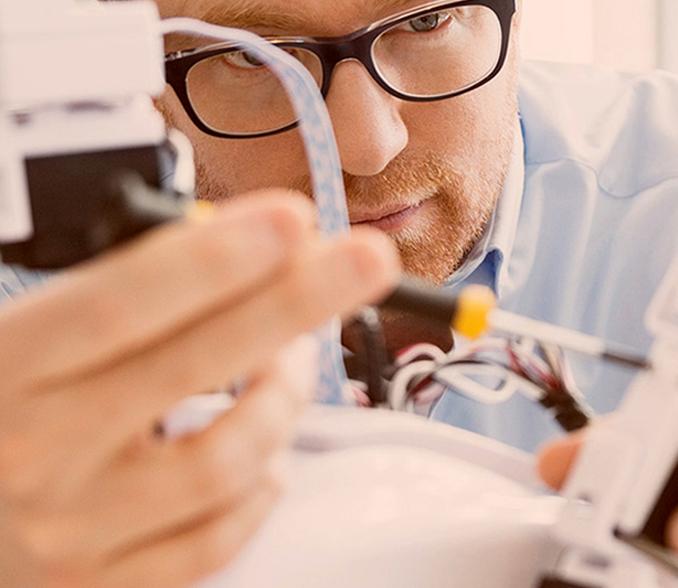 Razvojnik izvaja meritve v laboratoriju