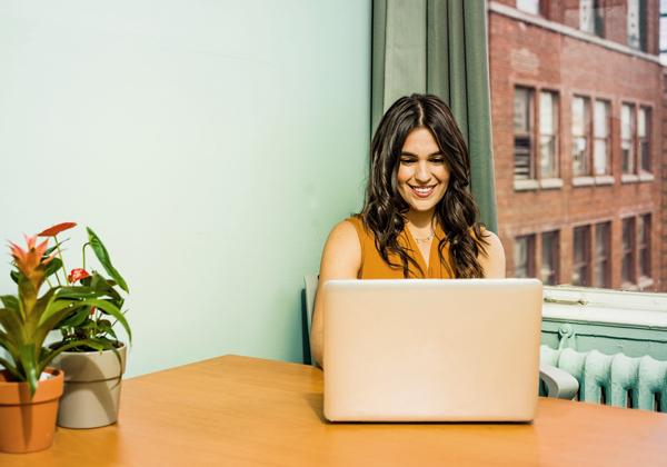 depozit podjezja, ženska s prenosnim računalnikom