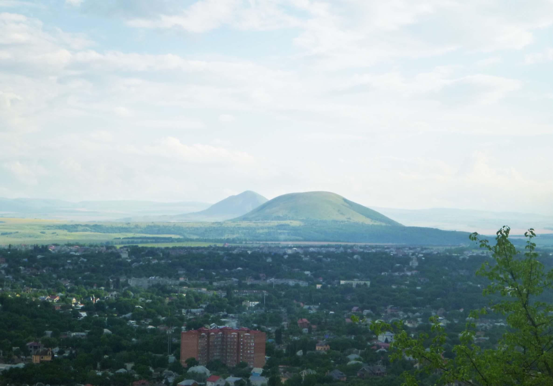 Спереди гора Юца, сзади Юза.
