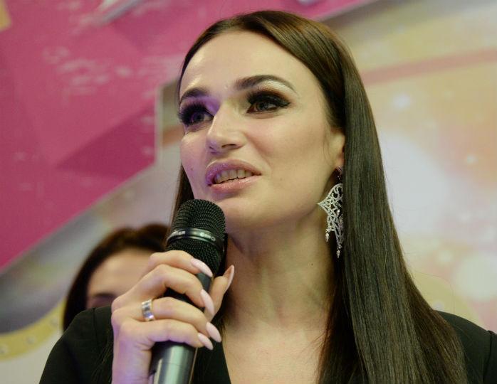 «По локоть»: Водонаева пожаловалась на шрамы от кошачьих когтей