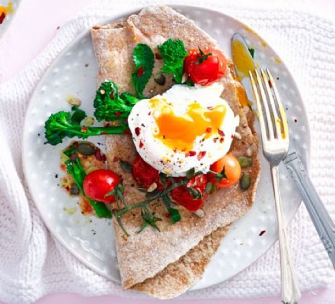 Poached eggs with broccoli and tomatoes