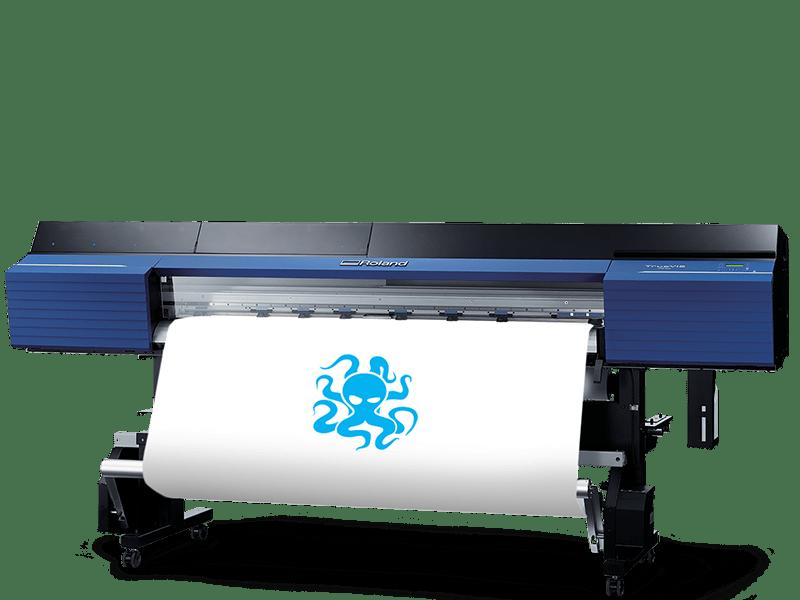 Obrázek tiskárny, kde probíhá tisk loga Syndikat design..