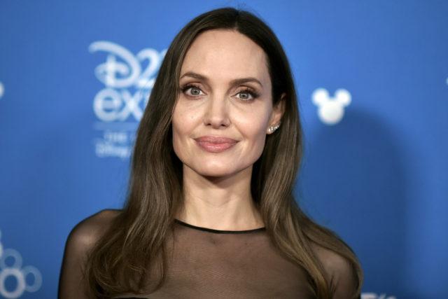 Мягкая посадка: Анджелина Джоли замечена с детьми в аэропорту