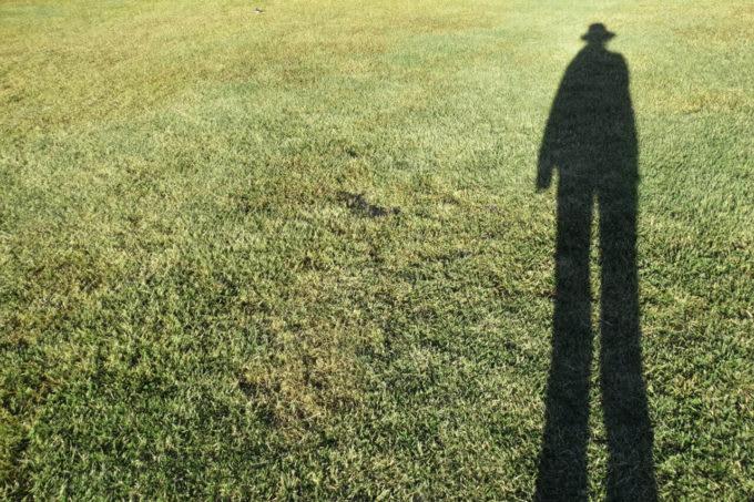 草原に長くのびた自分の影