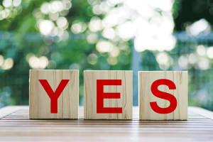 YESと書かれた木のブロック