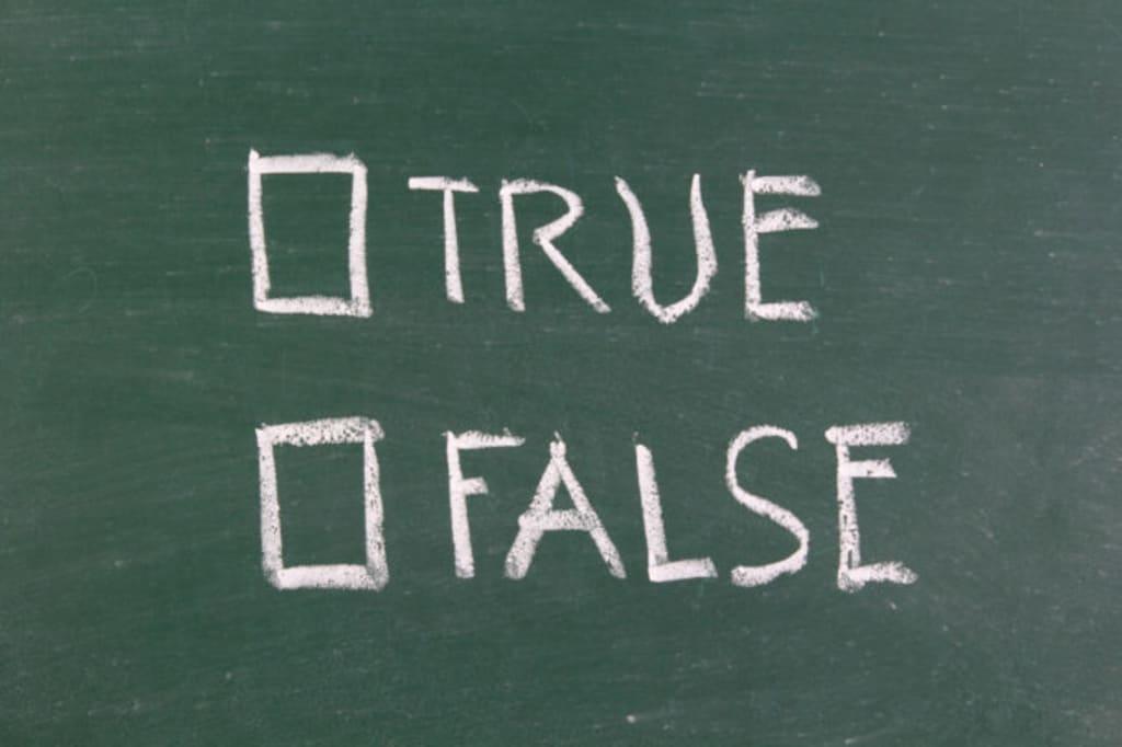 黒板に書かれたTRUEとFALSE