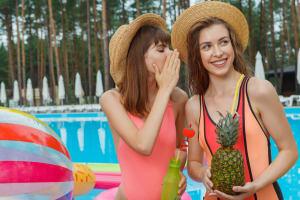 プールサイドの女性2人