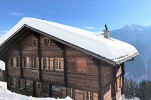雪山にあるゲレンデの山小屋