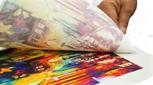 Mediante el calor del proceso de estampado en tela, la tinta se impregna en la tela. Este proceso se denomina sublimación textil.