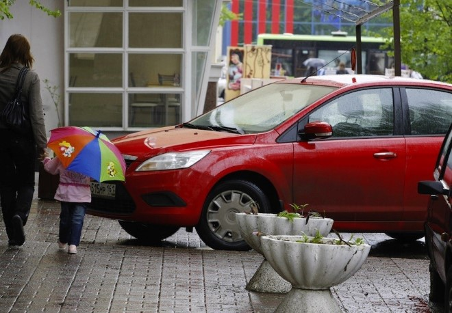 Куда обращаться с жалобой на парковку автомобилей возле дома