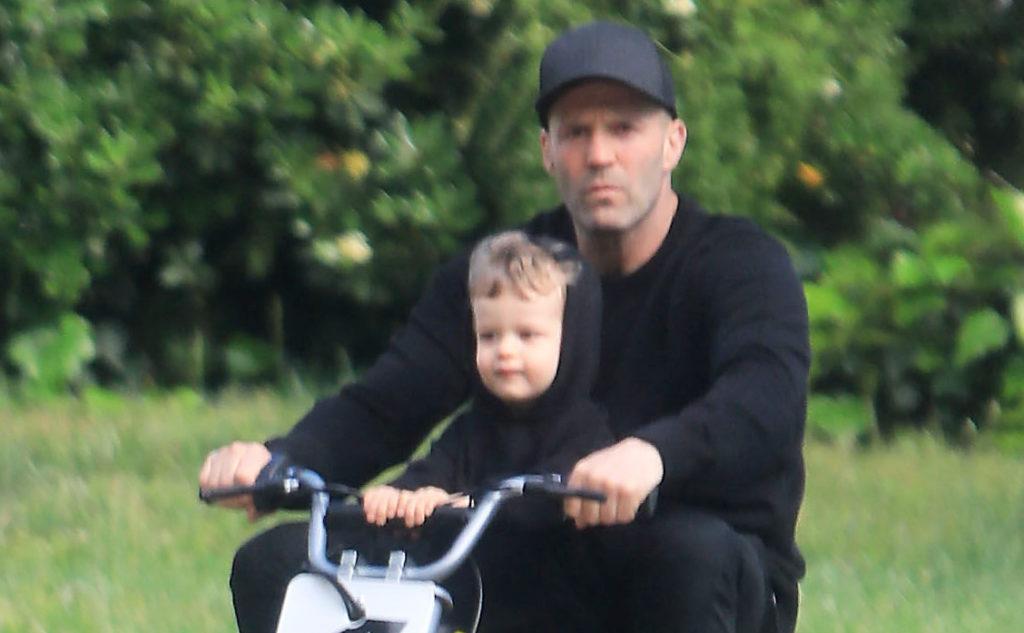 Джейсон Стэтхем учит сына кататься на мотоцикле