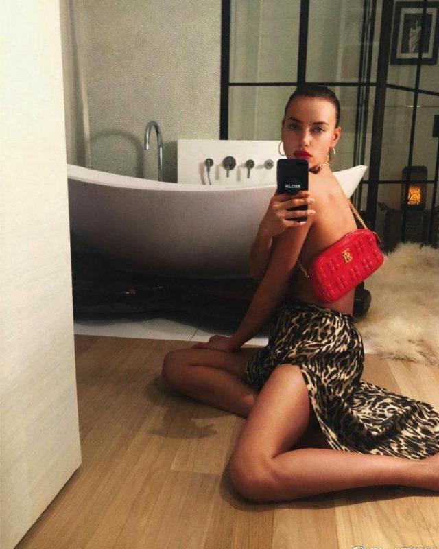 «Такая хорошенькая»: Анна Семенович блеснула грудью в леопардовом платье вслед за Шейк