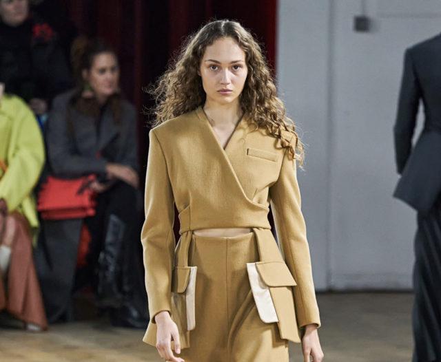 Показ бренда A.W.A.K.E. Mode дизайнера из России Натальи Алавердян на Неделе моды в Лондоне