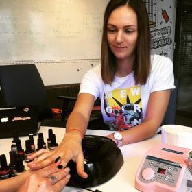 Adevinta Hungary - Nőnapi manikűr az irodában