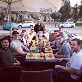 Együtt a csapat: közös hamburgerezés