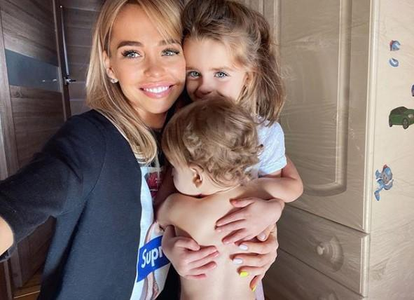 В День смеха Анна Хилькевич сообщила о третьей беременности