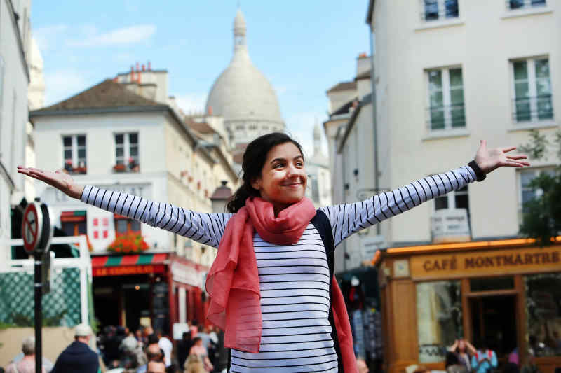 How to avoid looking like a tourist in France