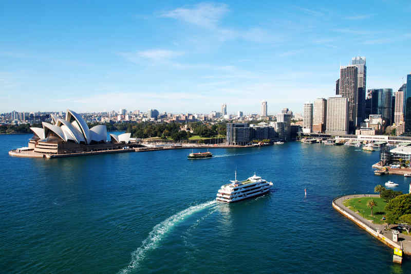 Cruise Sydney harbor