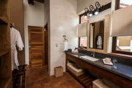 Pacaya Lodge and Spa • Guest Bathroom