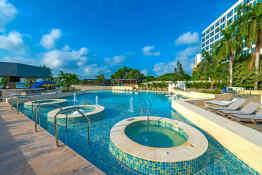 Hilton Cartagena, Pools