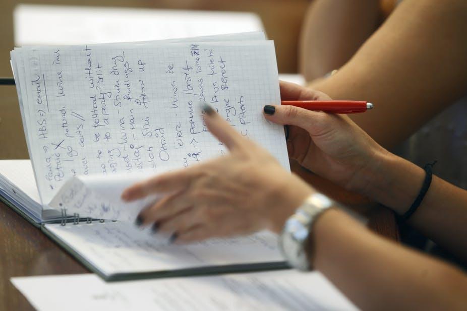Nếu bạn chỉ đơn giản chép lại những gì mà giảng viên nói và không chỉnh sửa những gì bạn vừa viết ra, chứng tỏ bạn vẫn chưa tốt trong việc ghi chú.